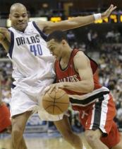 Brandon Roy drives by Devean George.jpg