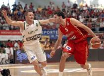 Rudy Fernandez is defended by a Lietuva player.jpg
