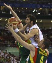 Rudy Fernandez tries to shoot between two Lithuanian players.jpg