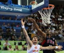 Rudy Fernandez drives against Dwight Howard.jpg