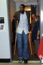 Greg Oden in crutches.jpg