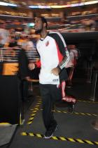 Greg Oden trots onto the court.jpg