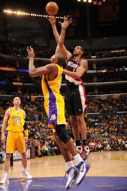 LaMarcus Aldrige elevages over Andrew Bynum for a shot.jpg