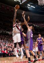 Greg Oden shoots a jump hook.jpg