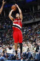 Brandon Roy shotos a jumper.jpg