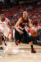 Brandon Roy dribbles to the baseline as Artest chases.jpg