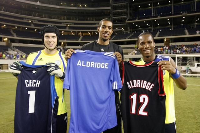 sale retailer f9530 4c95e LaMarcus Aldrige exchanges jersey with Didier Drogba and ...
