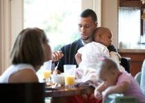 Brandon Roy eats breakfast at home with fiancee Trina and son and daughter.JPG