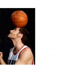 Rudy Fernandez balances the basketball on top of his head.JPG