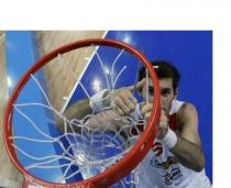 Rudy Fernandez cuts down the net after Spain defeats Serbia in 2009.JPG