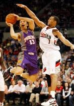 Brandon Roy in a Rip City jersey defends Steve Nash.JPG