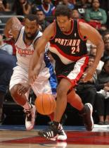 Andre Miller dribbles the ball against Baron Davis of the Clippers.JPG