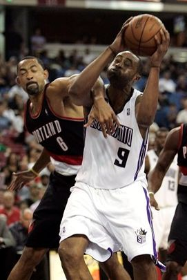Juwan Howard fouls Kenny Thomas.JPG