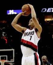 Brandon Roy shoots a jumper against the Rockets.JPG