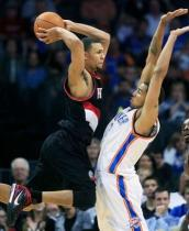 Brandon Roy jumps to pass against the Thunder.JPG