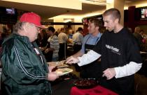 Steve Blake helps feed the hungry at the Trail Blazers Harvest Dinner 2009.JPG