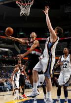 Brandon Roy shoots a scoop shot inside against Marc Gasol.JPG