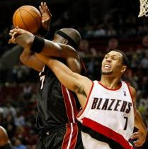 Brandon Roy gets tangled up with Jermaine ONeill.JPG