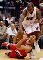Brandon Roy fights for the ball vs Q Richardson.JPG