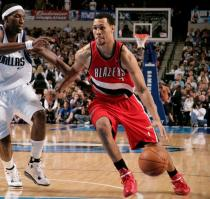 Brandon Roy drives vs Josh Howard.JPG