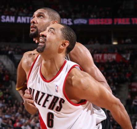 Juwan Howard boxes out Tim Ducan.JPG