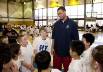 Brandon Roy talks to a group of kids at the NBA Fit Clinic 2010.JPG