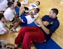 Brandon Roy does the crunches with kids a clinic.JPG