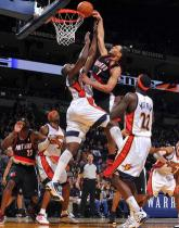 Brandon Roy tries to dunk on Anthony Tolliver.JPG