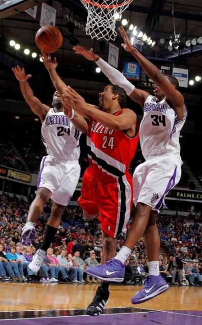 Andre Miller lays the ball up in traffic vs the Kings.JPG