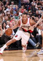 Brandon Roy sticks out his tongue and goes baseline vs the Mavericks at the Rose Garden.JPG