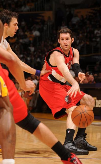 Rudy Fernandez passes the ball vs Sasha Vujacic.JPG