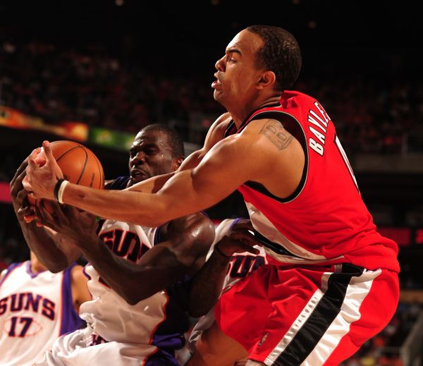Jerryd Bayless battles for the ball vs Jason Richardson.JPG