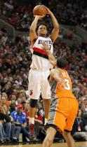 Brandon Roy shoots over Jared Dudley.JPG